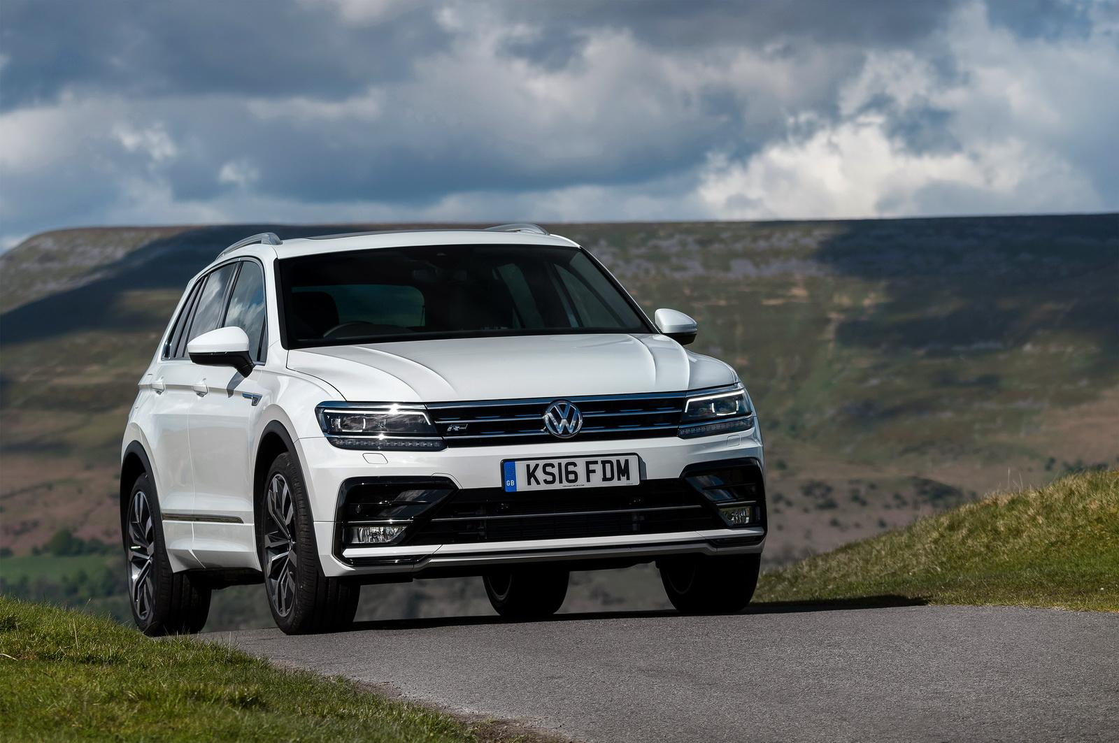 first drive can vw 39 s new 2017 tiguan become the default suv in the class carscoops. Black Bedroom Furniture Sets. Home Design Ideas