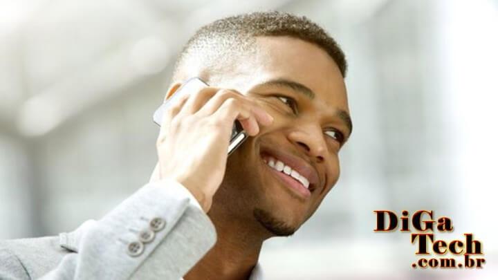 Homem falando celular