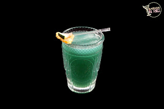 cocteles con vodka coctel onism barman in red
