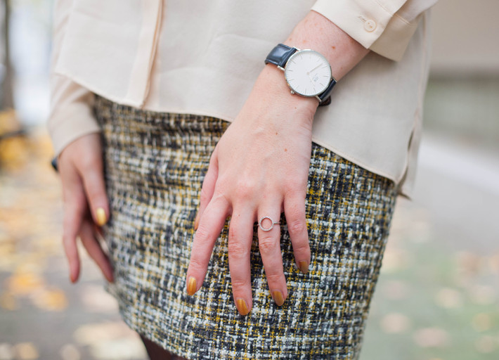 tweed mini skirt, gold nail polish, diamanti per tutti rings