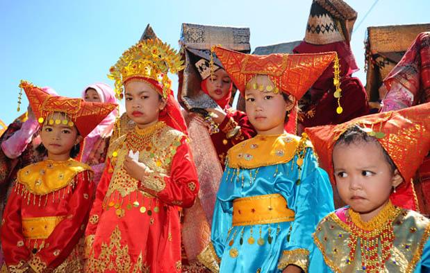 Pakaian Adat Sumatera Barat (Padang)