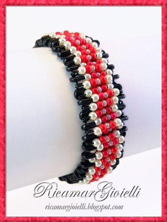 Bracciale realizzato con perle e spille da balia