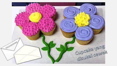 Cupcake ultah yang disukai anak perempuan adalah tema bunga