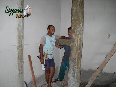 Iniciando a escada de madeira com toras rachadas de eucalipto tratado apoiado nos pilares de madeira e na alvenaria de bloco de cimento.