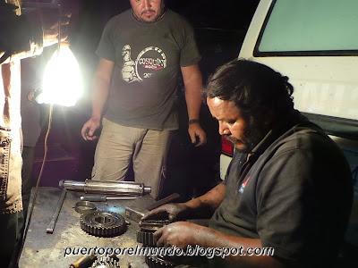 Reparando la falla mecánica de Wayra en Tupiza, Bolviia.