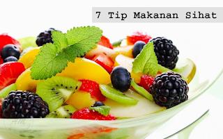 7 Tip Makanan Sihat |Makanan adalah salah satu faktor yang boleh menyumbang pada kesihatan badan kita selain dari tidur dan senaman. Jadi jagalah setiap hari dari segi pengambilan makanan.  Makanan adalah penyumbang utama kepada kesemua penyakit yang singgah pada kita. Pemakanan yang sihat dan seimbang akan menjamin kesihatan yang berpanjangan dan terhindar daripada sebarang penyakit atau jangkitan.  Banyak artikel yang AM pernah kongsikan sebelum ini mengenai pemakanan sihat yang boleh anda hayati :-  Makanan anda amat penting diambil perhatian untuk mengelakkan segala kemungkinan yang tidak diingini pada kesihatan anda.  Di bawah AM kongsikan lagi & Tip Makanan Sihat yang boleh membantu sahabat AM untuk menjaga kesihatan :-   Gunakan extra virgin olive oil Virgin olive oil atau minyak zaitun baik untuk kesihatan. Lebih gelap warnanya lebih bagus untuk kesihatan. Ia lebih tulin dan lebih baik untuk jantung anda berbanding jenis minyak zaitun yang lain.  Banyak kegunaan minyak zaitun jika anda mengkaji baik pada kecantikan dalaman mahupun pada kecantikkan luaran.  Ambil lebih sayur-sayuran berdaun hijau Hanya masak dengan sedikit minyak zaitun, bawang putih dan sedikit garam. Anda akan mendapat sayur yang sangat sedap dan berkhasiat. Ia adalah makanan yang boleh mengenyangkan & menyihatkan.  Kebanyakkan daripada kita yang tersalah memasak sayuran dengan cara memasak yang lama di atas dapur sehingga menghilangkan khasiat pada sayuran yang dimasak. Rugi bukan jika   Pilih roti coklat (brown bread)  Karbohidrat berproses seperti yang terdapat pada roti putih adalah amat sukar untuk badan menyerap zat makanan darinya, jadi ia hanyalah kalori kosong atau tiada zat/khasiat.  Elakkan makan junk food (snek/jajan)  kerana ia tidak langsung menambah tenaga atau berkhasiat. Jika anda teringin makan junk food ambil buah sebagai penggantinya.  Hari ini kebanyakkan daripada kita termasuk AM juga yang lebih suka mengambil junk food kerana senang untuk didapati dan harga juga murah