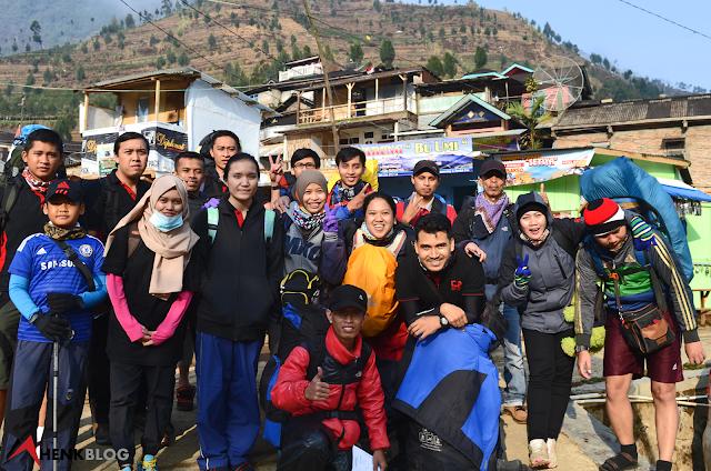 Setelah lapor di pos jaga di Patak Banteng peserta berfoto bersama