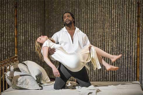 Un extrait d'une représentation théâtrale d'Othello, une tragédie de William Shakespeare : Othello pleure la mort de Desdémone.