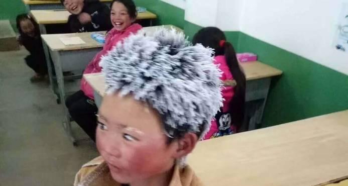 Niño chino llega a la escuela con el cabello congelado