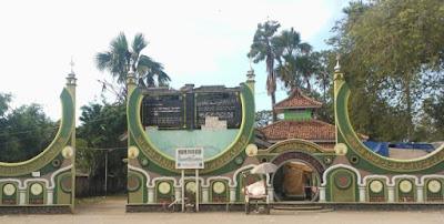 gerbang makam syekh quro pulobata karawang