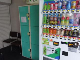 野沢温泉のバス待合所のロッカー