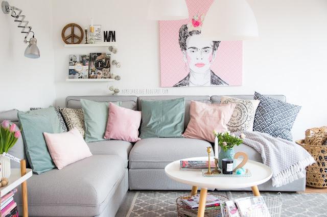 pixers onlineshop, leinwandbild von pixers, frida kahlo, wohnzimmer in pastellfarben, ikea  sofa vallentuna, mit vielen Kissen dekorieren