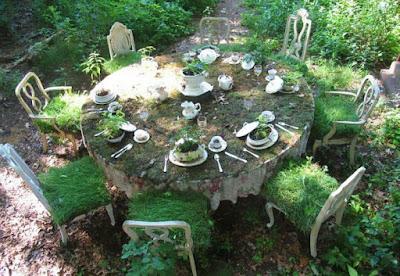 Un comedor con vajilla lleno de plantas.
