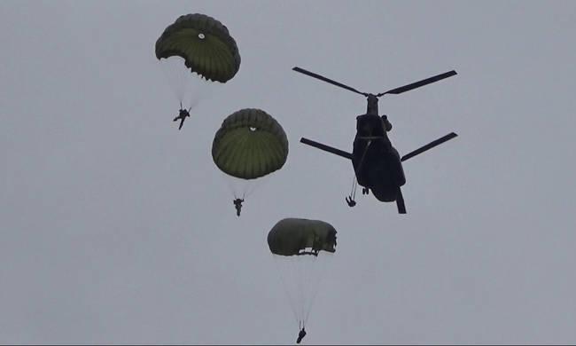 Γέμισε αλεξιπτωτιστές ο ουρανός της Αθήνας – Μεγάλη στρατιωτική άσκηση