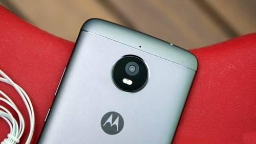 O Moto E Plus tem câmera principal tem 13 megapixels e a frontal de 5 megapixels