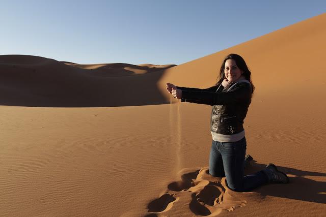 Lena jugando con arena del desierto