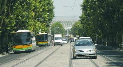 Vehículos ocupando las vías