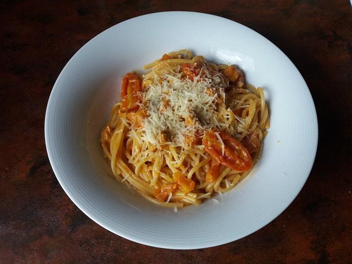 Makaron w sosie pomidorowo-śmietankowym
