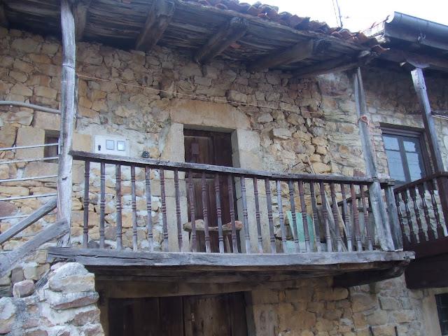 Resultado de imagen de casas tipicas con balcon de san sebastian de garabandal cantabria
