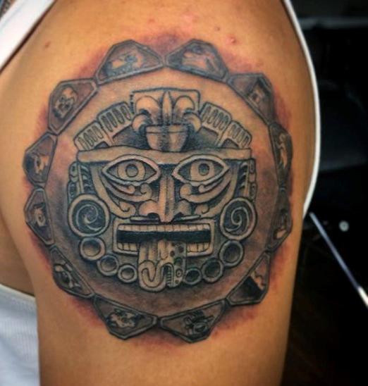 tatuaje en el hombro azteca para hombre