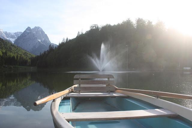 #lake views - Bootsfahrt auf dem Riessersee - Boating - Maihochzeit, may wedding - Hochzeit im Seehaus am Riessersee, Hochzeitshotel Garmisch. #wedding venue #Hochzeitshotel #Garmisch #Bavaria #Bayern