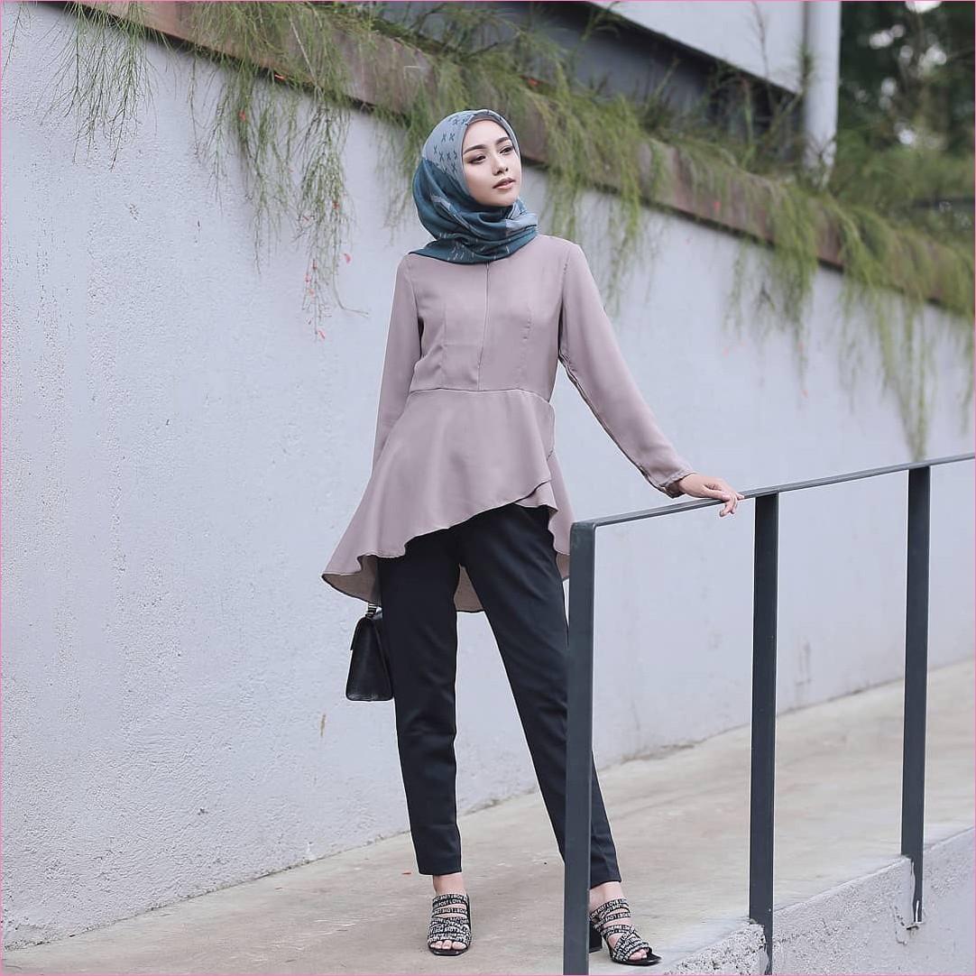 Outfit Kerudung Segiempat Ala Selebgram 2018 kerudung segiempat hijab square scarf bermotif biru baju top blouse krem tua celana bahan hitam high heels slingbags ciput rajut ootd hijabers trendy kekinian tembok abu tanaman