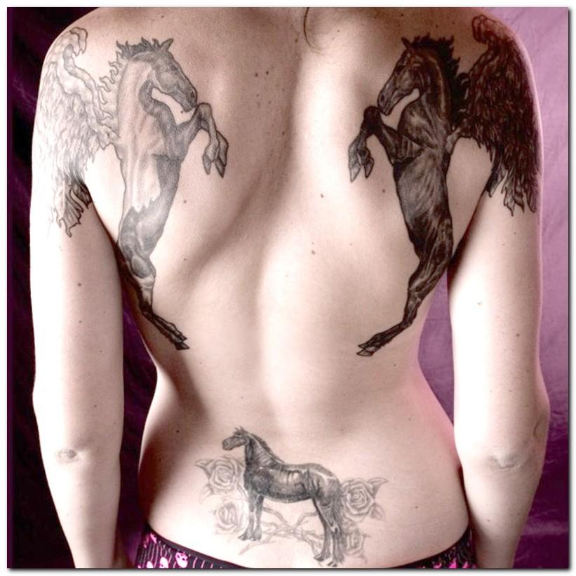 mujer de espaldas con tatuajes de caballos