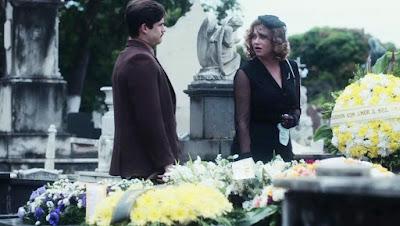 Marion (Ellen Rocche) é abordada por Alfredo (Nicolas Prattes) no núcleo de Júlio (Antonio Calloni) — Foto: Globo