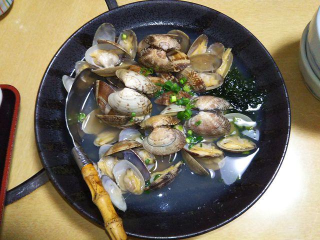 """Short-necked clams steamed with sake at """"翻車魚丸"""", Fujisawa Japan"""
