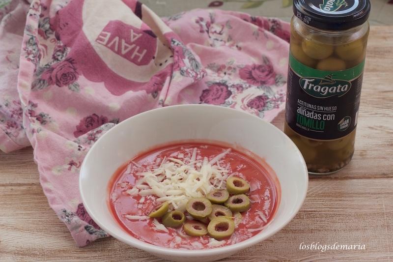 Salmorejo de cerezas con queso y aceitunas de tomillo