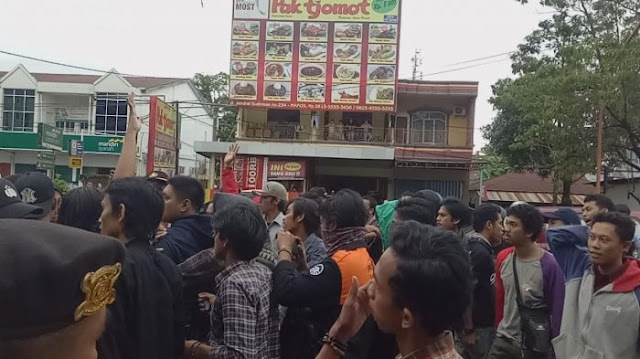 VIDEO: Demo 121 di Maros Ricuh, Polisi-Mahasiswa Saling Dorong