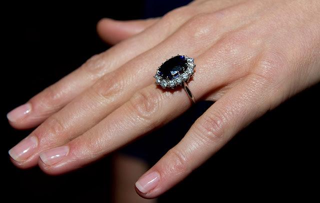 Najsłynniejszy pierścionek zaręczynowy świata - historia szafirowego pierścionka Kate i Diany