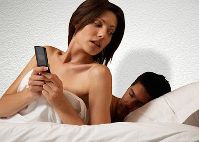 mujer utilizando el celular a escondidas despues de tener sexo