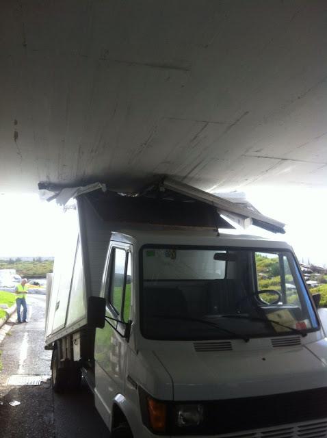 Camión se incrusta contra gálibo, Las Palmas de Gran Canaria