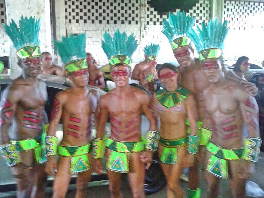 Atletas se preparam para desfilar no barracão da Acadêmicos da Rocinha. Foto: Arquivo pessoal
