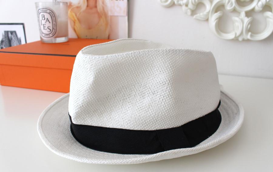 Mám ráda pánské klobouky. V létě je občas nosím a mimo sezónu mi slouží  jako (nástěnková) dekorace. 97c09bfb6e