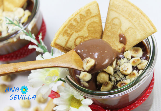 Natillas de chocolate y avellanas Thermomix cuchara