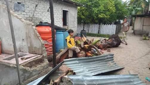 Angin Kencang dan Gelombang Pasang Rusak Rumah ,Dan, Tanggul di Pulau Rajuni Dan Jinato