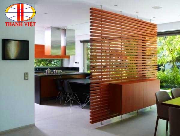 Thiết kế nội thất phòng khách bằng vách gỗ