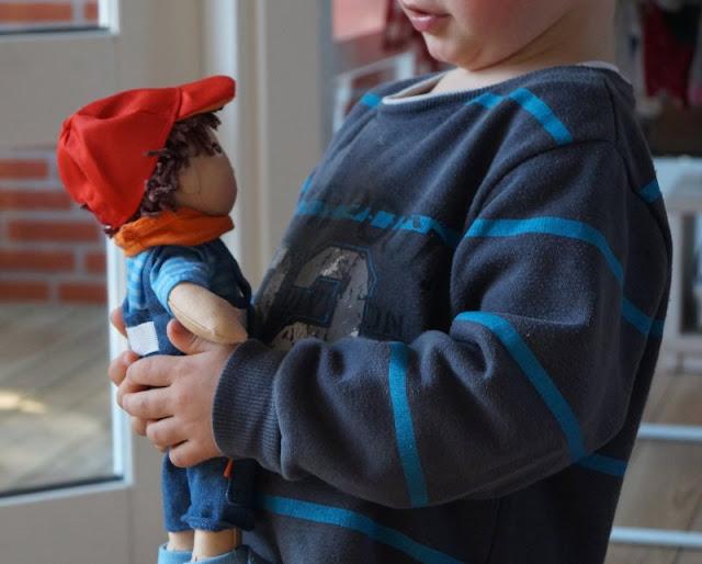 Puppen sind unglaublich wichtig für Kinder, als Freunde und Begleiter der Kindheit. Ich stelle Euch die wunderschön gestalteten und kuschelweichen Puppen Milla und Matze von HABA vor, die gerade bei uns eingezogen sind. Hier: Jungspuppe Matze mit Latzhose und Cap.