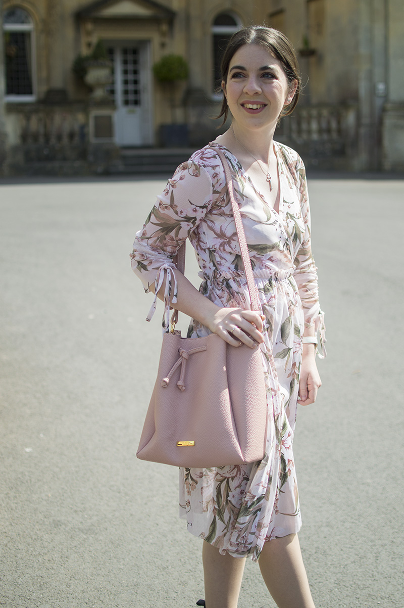 How to wear pink bucket bag