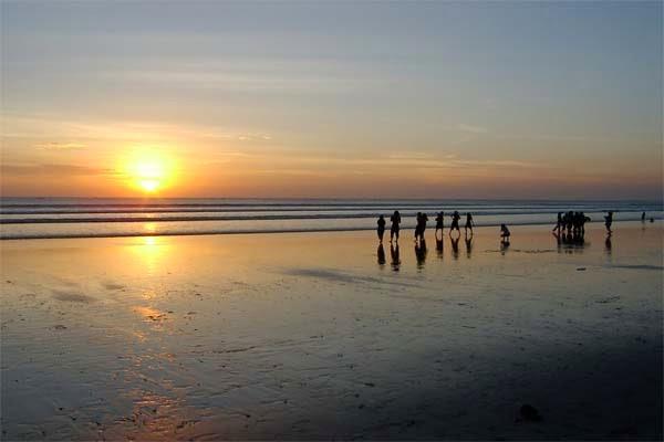 matahari terbenam pantai kuta bali