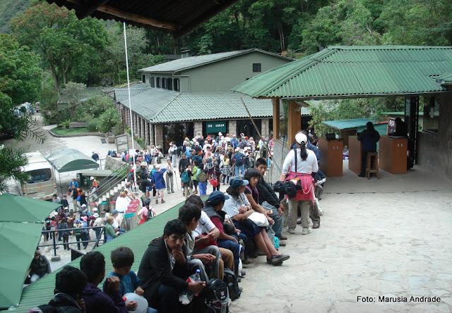 ônibus para subir a Machu Picchu. Estação de Águas Calientes