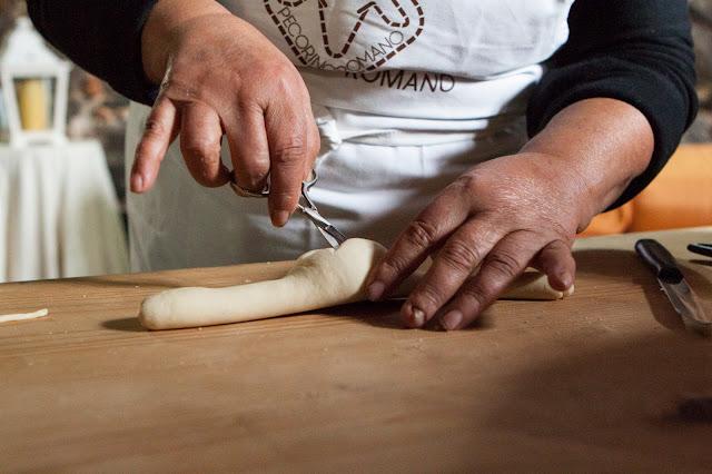 Preparazione del pane degli sposi-Agriturismo il Giglio a Massama