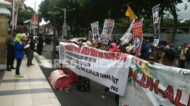 gresik24jam - Anggap Proyek Alun-alun Gresik Mangkrak, Puluhan Orang Demo DPRD dan Pemkab