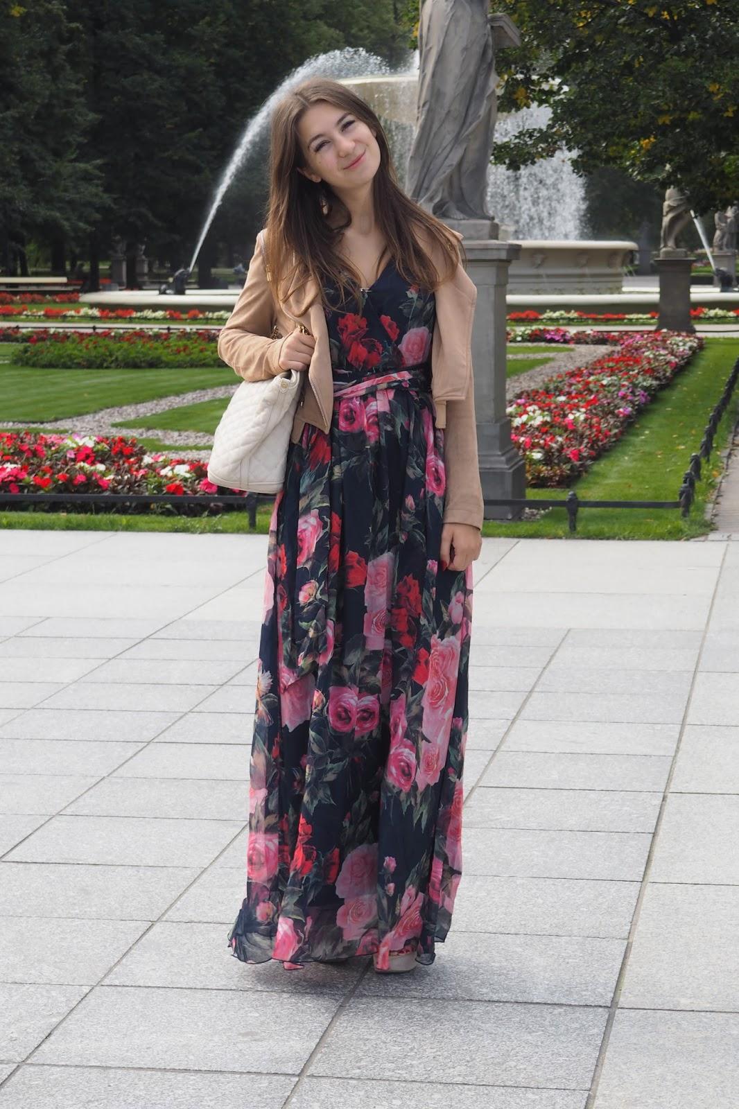 sukienka maxi w kwiaty stylizacja