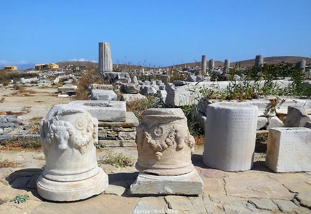 bycze głowy na kolumnach, wieńce, starożytne ruiny, płaskorzeźby na zabytkowych kolumnach wyspa Delos Grecja