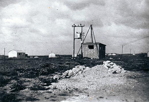 הבאר הראשונה של כפר נטר 1945, ברקע ניתן לראות את הרפתות בהן גרו האנשים