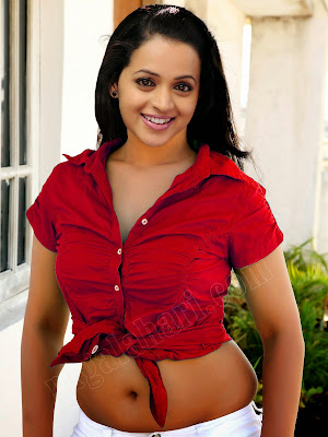 Sexy Bhavana Exposing Navel