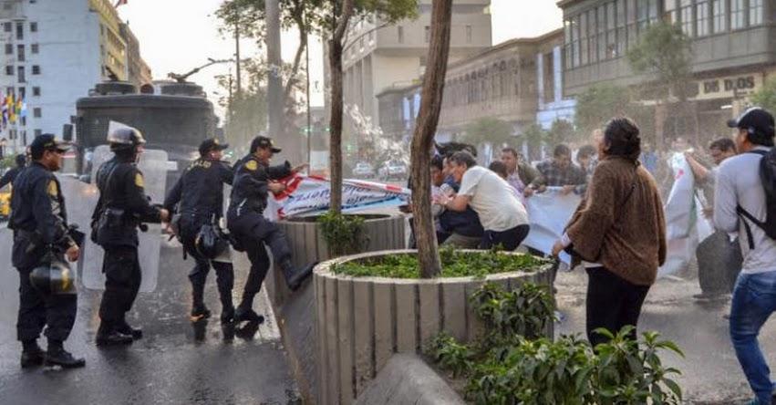 Trabajadores CAS fueron desalojados violentamente durante protesta frente al Congreso de la República